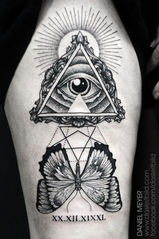 meraviglioso simbolo massonico con farfalla tatuaggio sulla coscia da Daniel  Meyer