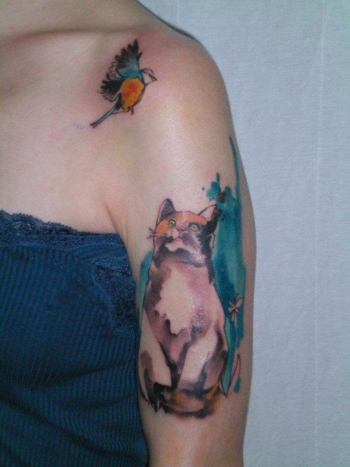 Wunderbare Aquarell Katze Mit Vogel Tattoo An Der Schulter