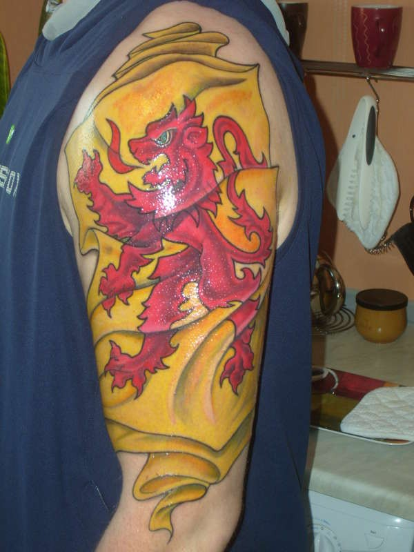 stofa gialla con leone rosso scozzese tatuaggio su spalla