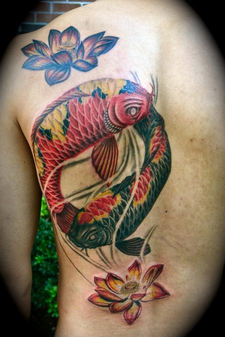 Tatuaggio colorato sulla schiena  le carpe koi in stile Yin-Yang