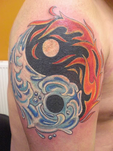 Tatuaggio sul deltoide  il disegno nero in stile Yin-Yang